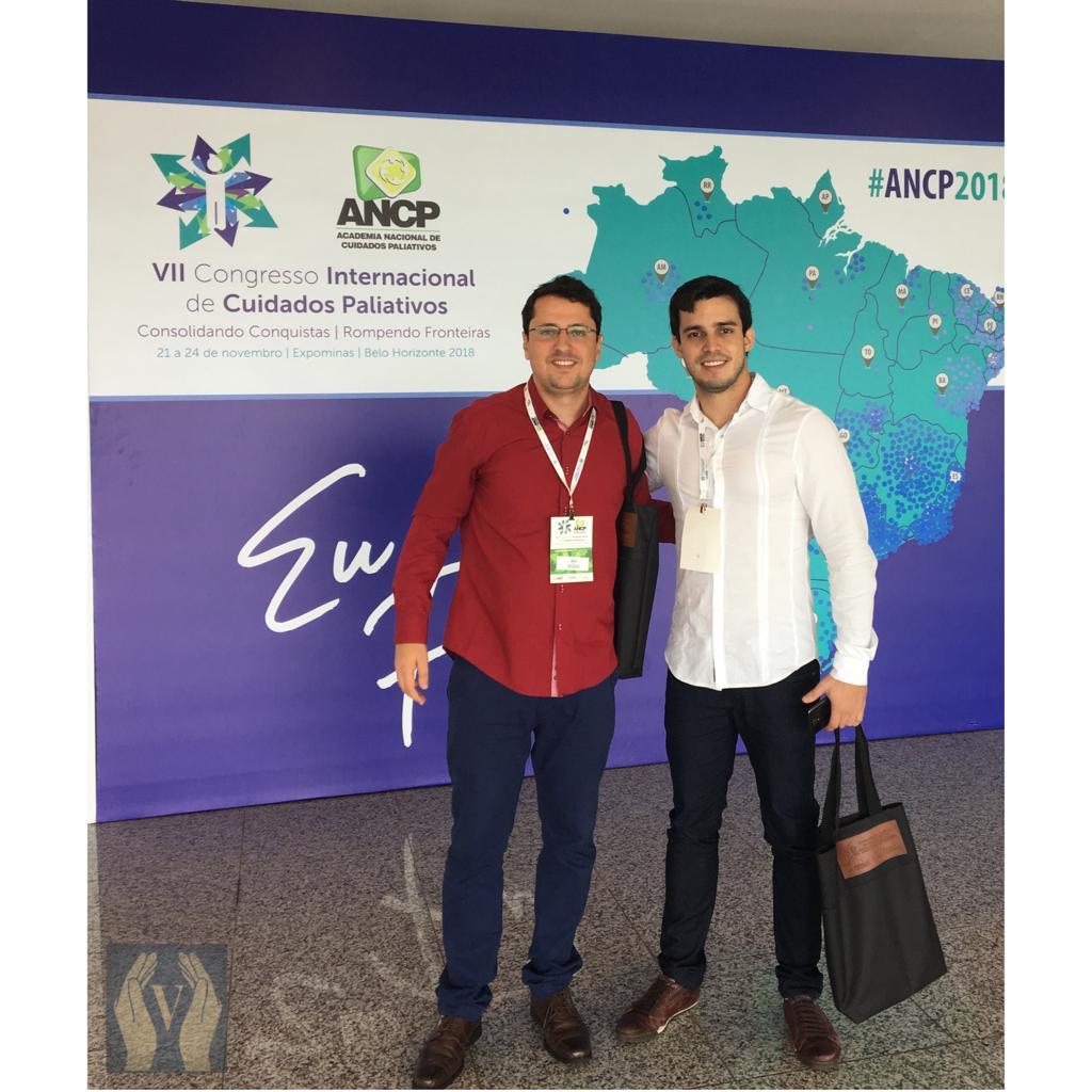 Foto de Thales e Luis Gustavo no congresso de cuidados paliativos em Belo Horizonte no ano de dois mil e dezoito.